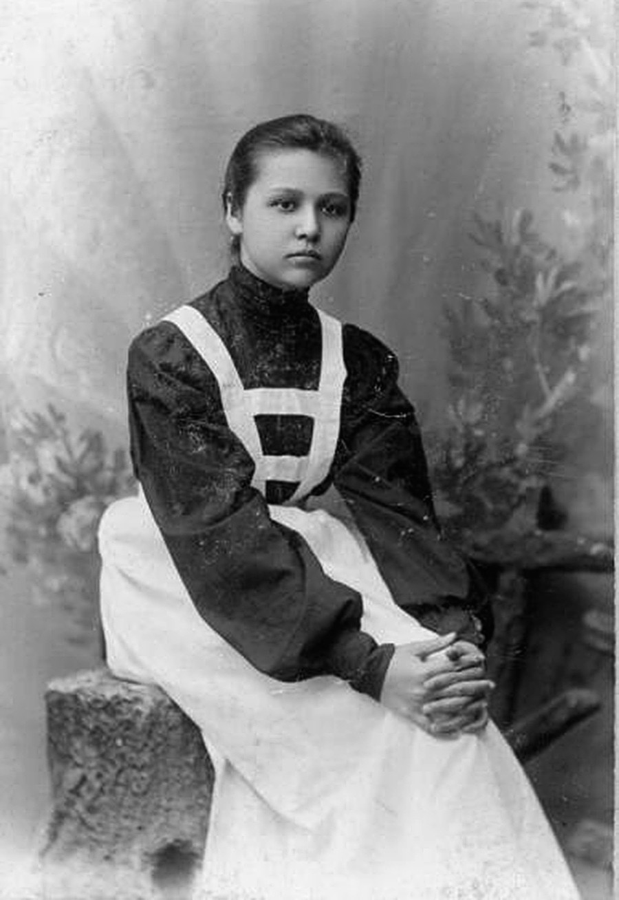 Портрет на гимназистка от големите класове.
