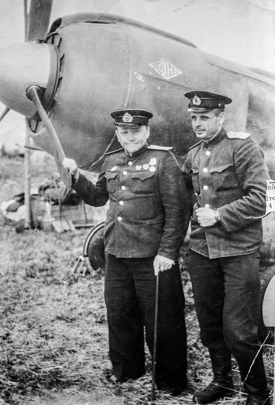 Леонид Белоусов и Григориј Шулеј поред авиона. СССР, 1944.