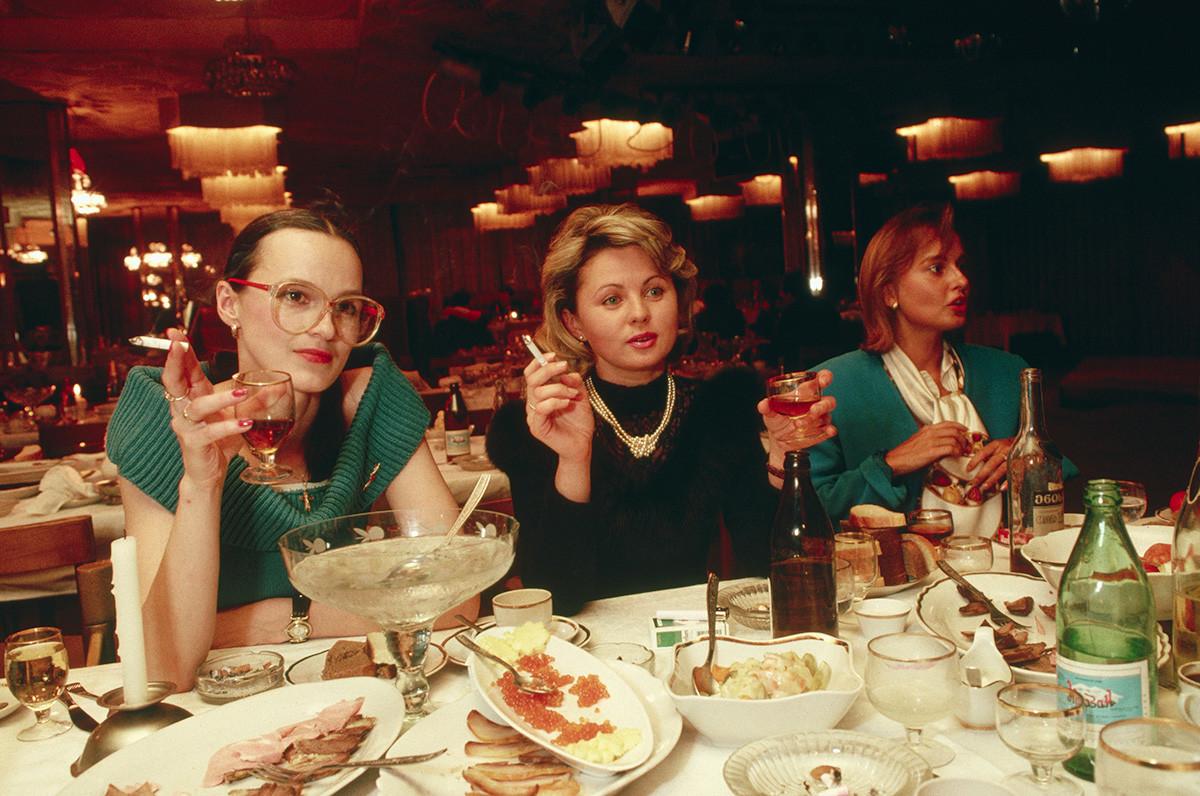 Cena chic en el restaurante del hotel Intourist