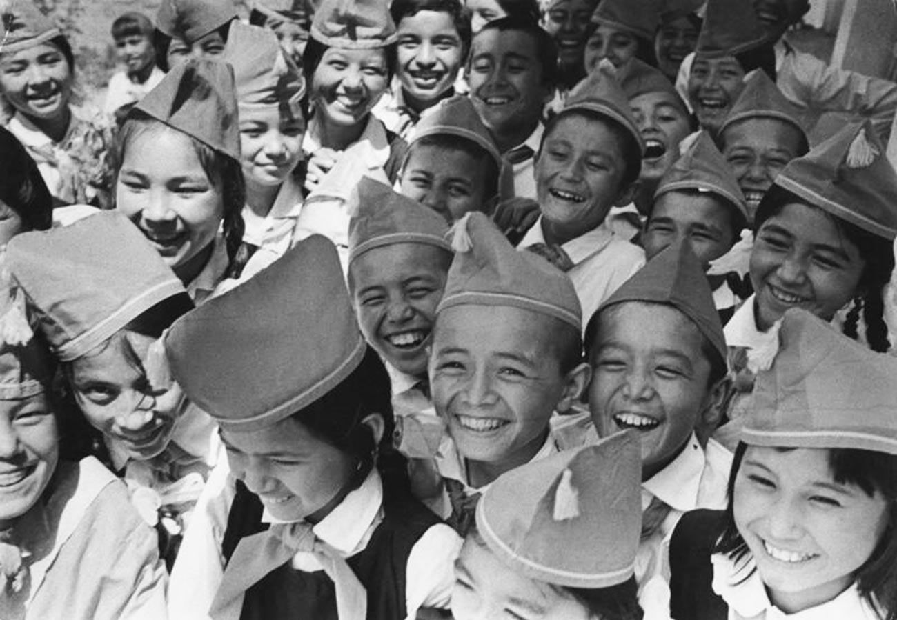 キルギス・ソビエト社会主義共和国のピオネールの小学生。1975年-1976年