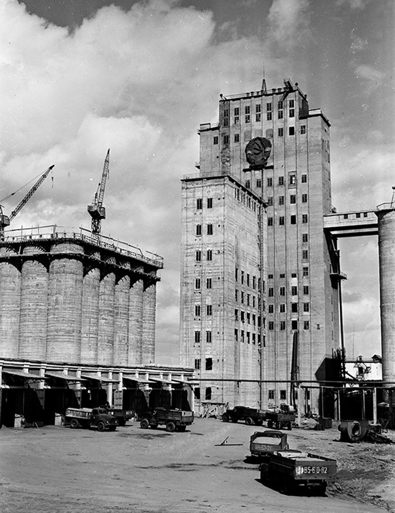 ソ連のエンブレムの入った大型穀物倉庫。カザフ・ソビエト社会主義共和国コスタナイ。1959年
