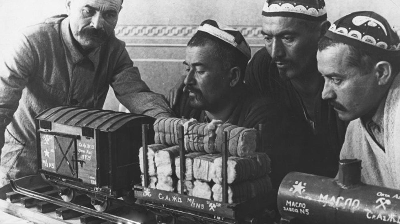 列車の模型を見る男性ら。ウズベク・ソビエト社会主義共和国。1930年-1949年。