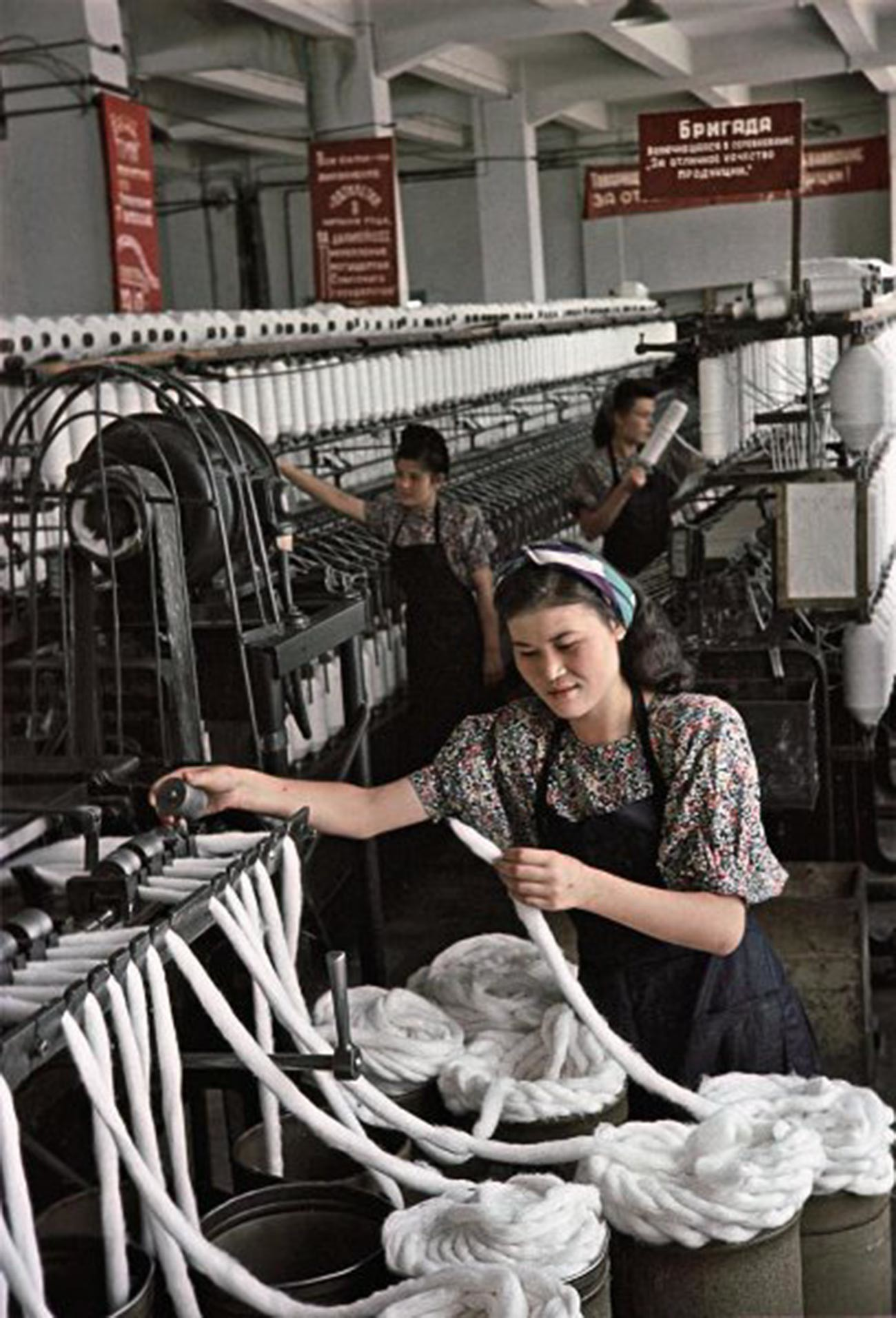 アルマトイ綿紡績工場準備部門の紐製造スタハノフ運動者、マリア・ナシリバエワ。彼女は孤児院の保母でもあった。班の友人らとともに、ノルマを200パーセント上回った。「オゴニョーク」誌アーカイブ。1950年。