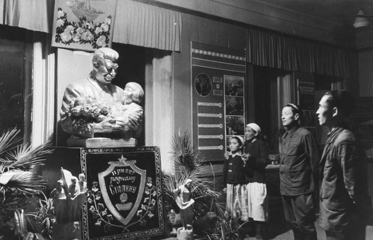 「親愛なるスターリンに挨拶を」。ウズベク・ソビエト社会主義共和国。1930年-1949年