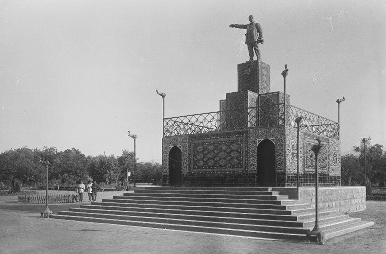 ウラジーミル・レーニン像。トルクメン・ソビエト社会主義共和国アシガバート。1930年代