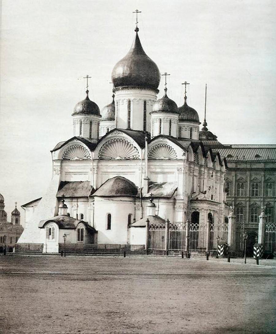 La Cattedrale dell'Arcangelo al Cremlino di Mosca, necropoli degli zar di Mosca. Fu costruita nel 1508 da un architetto italiano noto come Aloisio Nuovo