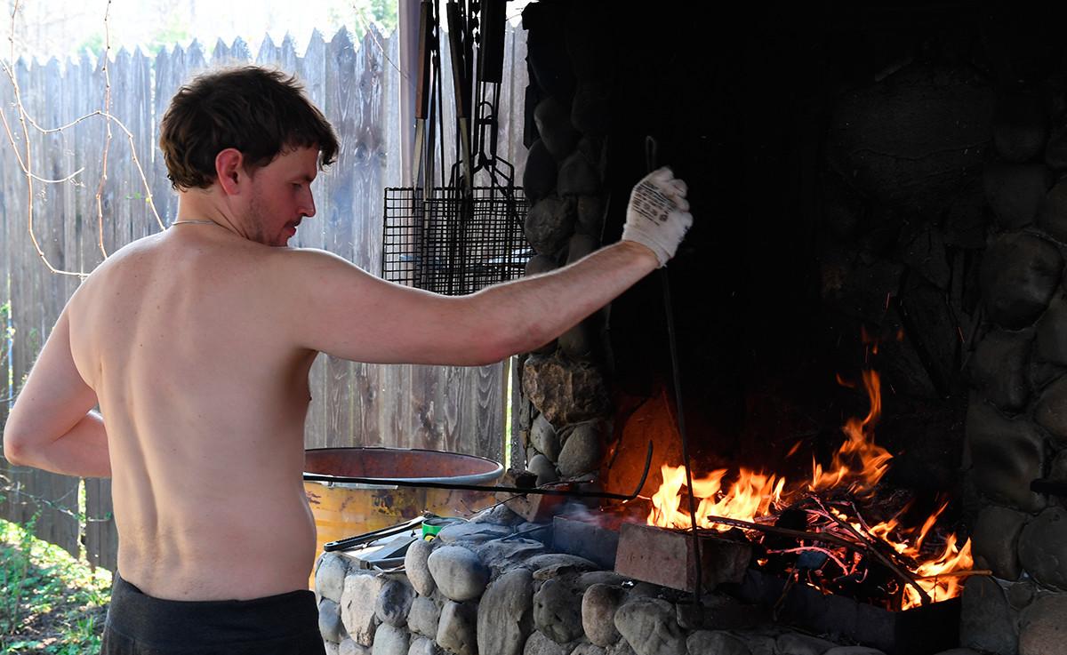 Самоизолација због корона вируса. Припрема се ватра за шашлик. Можајски рејон Московске области.