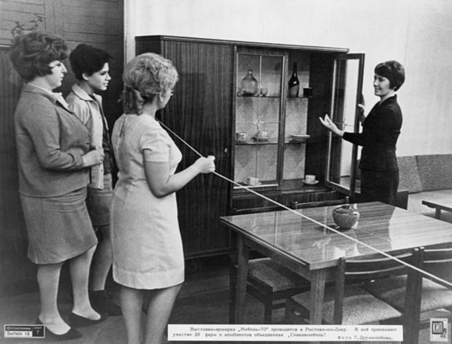 Frauen besuchen die Ausstellungsmesse