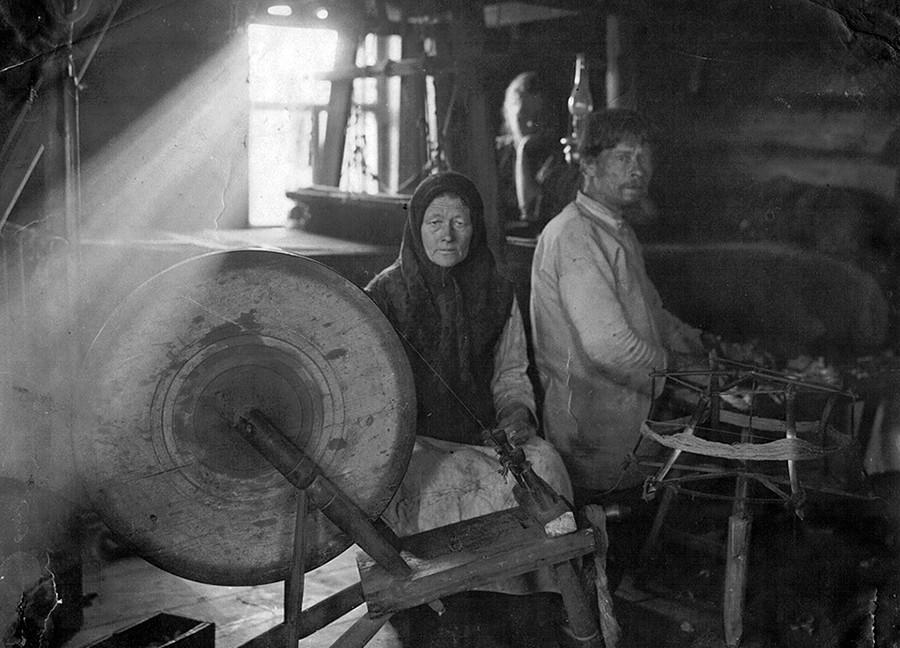 Musim dingin biasanya digunakan oleh petani untuk membuat kerajinan.