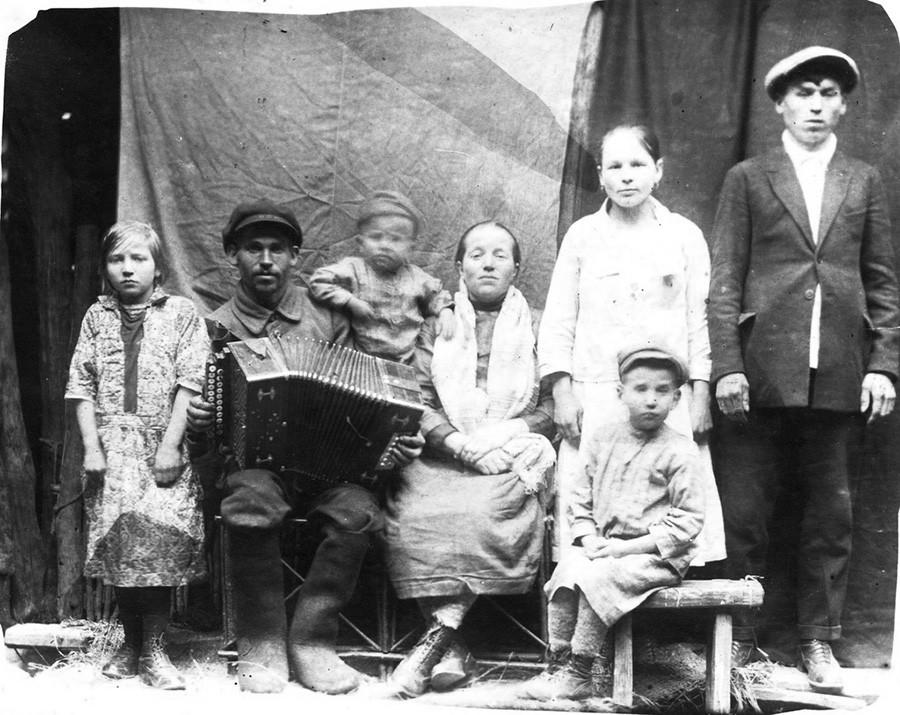 Семья Медведевых, 1930 (Мария, слева, в 1940-х станет героем войны)