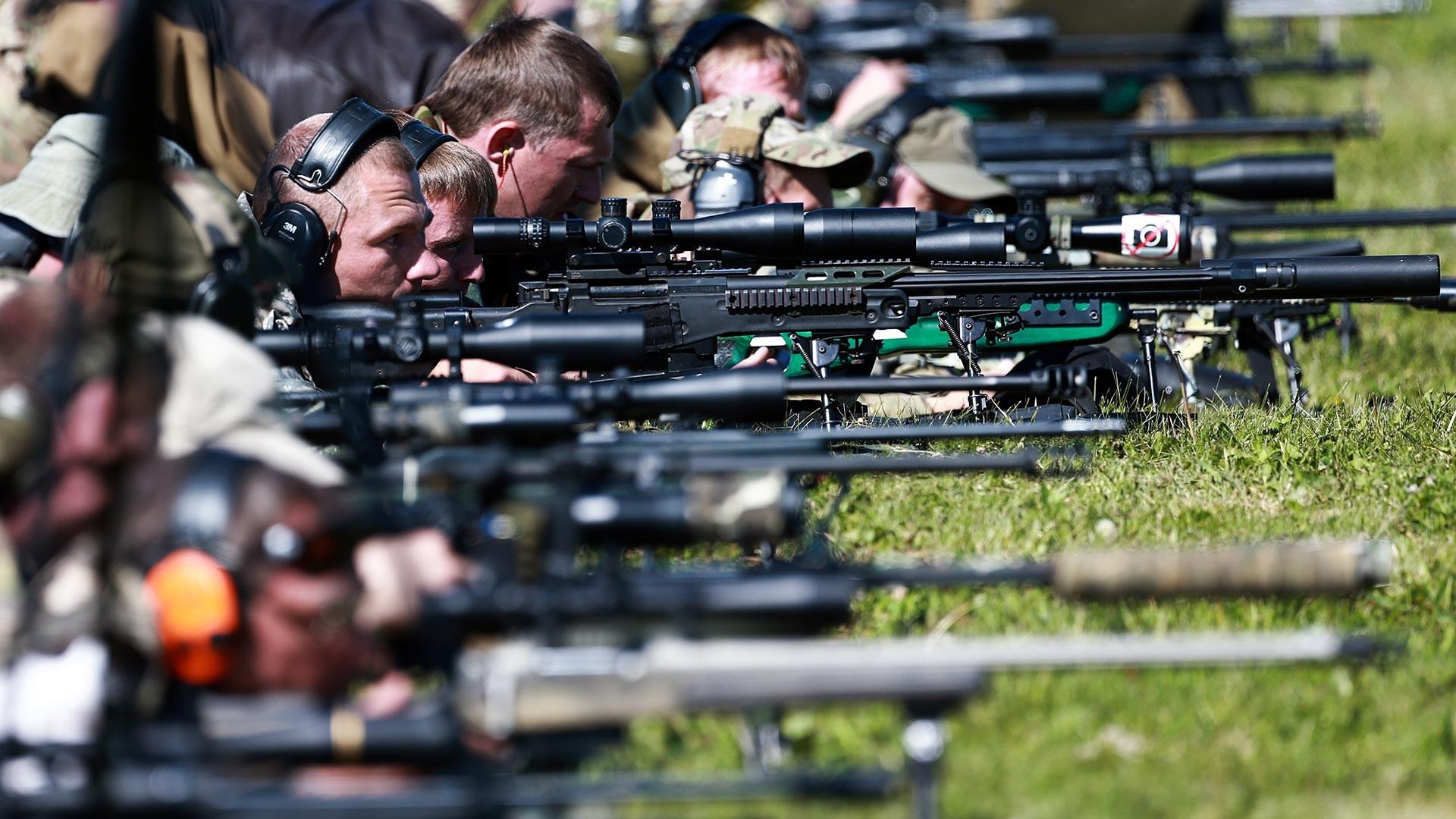 """Учесници такмичења у полицијском снајперском гађању """"Апсолутна прецизност"""" у Московској области."""