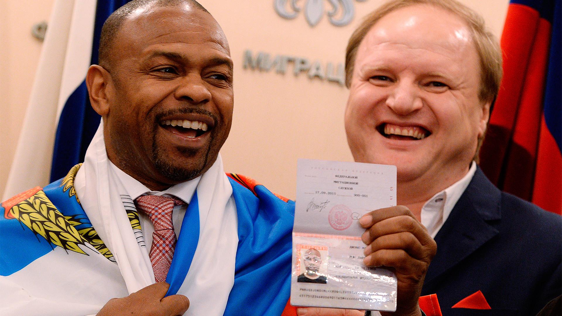 Le boxeur américain Roy Jones Jr. venant de recevoir son passeport russe