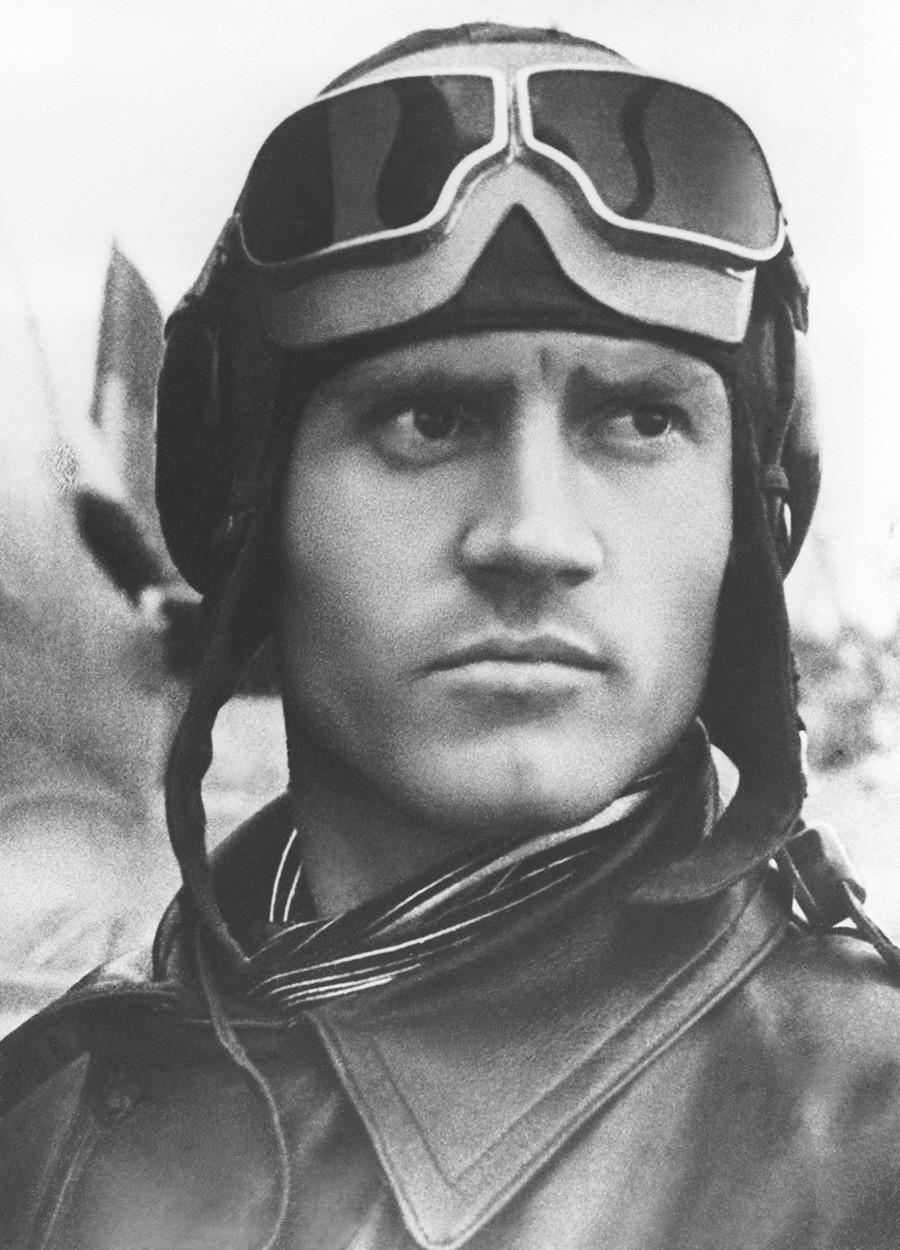 Мурманска област, СССР. Ноември, 1941 година. Пилотът на съветския изтребител Захар Сорокин позира за снимка по време на Втората световна война. Точната дата на снимката не е известна.