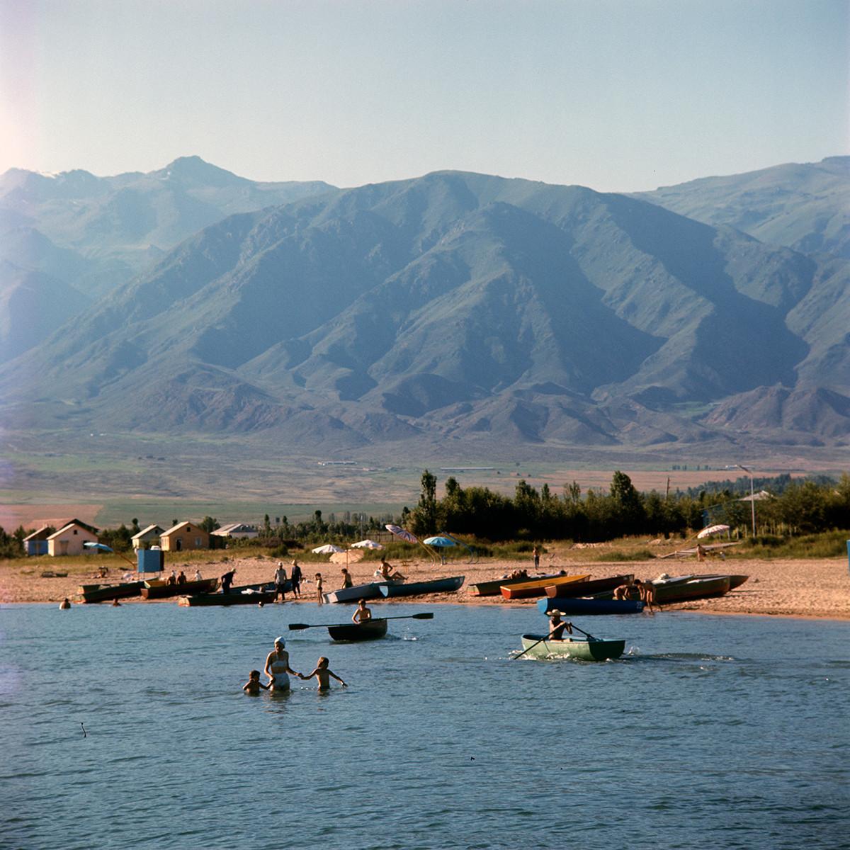 База отдыха рабочих Киргизского завода сельскохозяйственного машиностроения на озере Иссык-Куль.