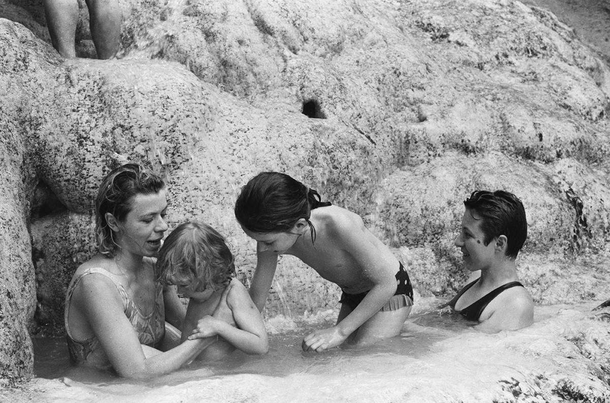 Отдыхающие во время приема радоновых ванн на природе. Пятигорск.