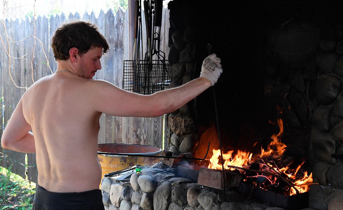 Samoizolacija zbog koronavirusa. Priprema se vatra za roštilj. Možajski rajon Moskovske oblasti.