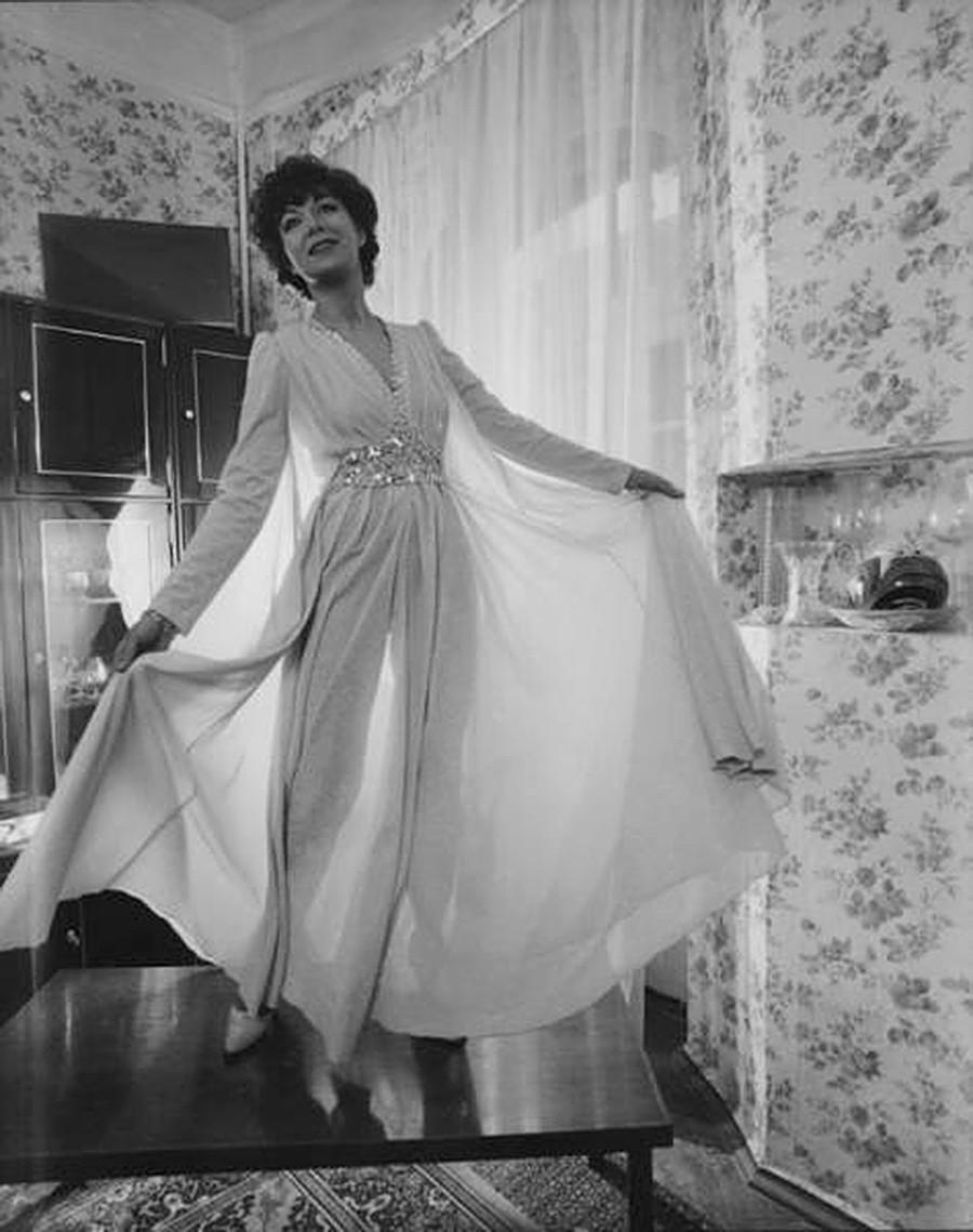 Penyanyi Edita Piekha mengenakan gaun malam.