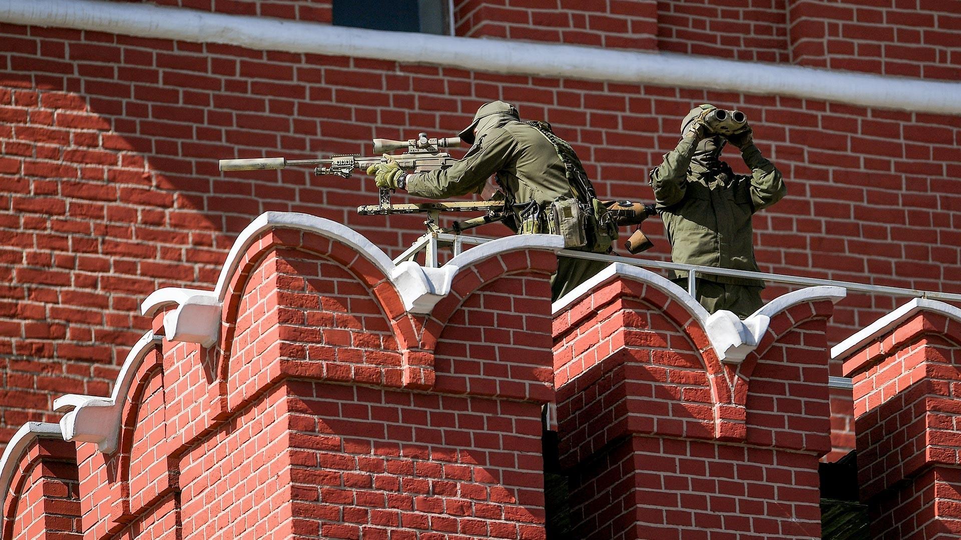 Снајперист на ѕидините на московскиот Кремљ наспроти почетокот на воена парада