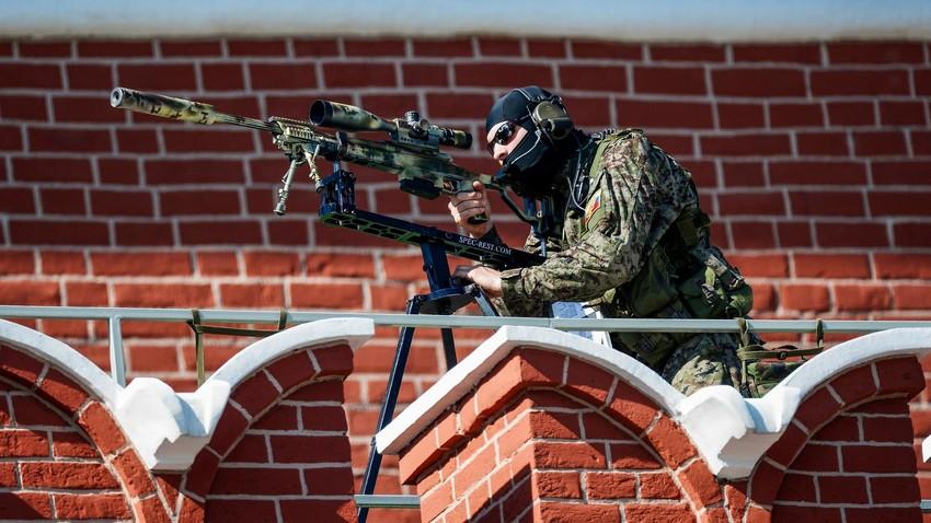 Снайперист обезпечава сигурността по време на военния парад на Червения площад.
