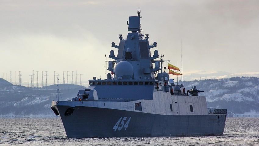 """Фрегатата на северния флот """"Адмирал Горшков"""" край Колския залив"""