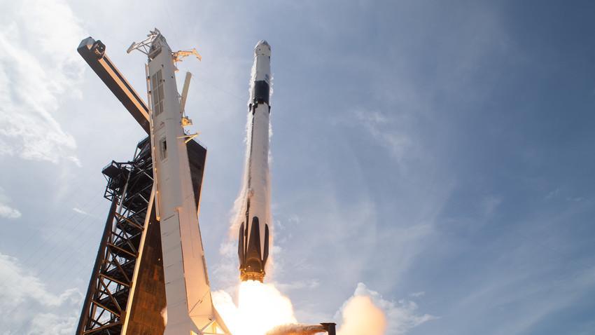 Ракетата SpaceX Falcon 9 со астронаутите Роберт Бенкен и Даглас Хeрли во вселенскиот брод Crew Dragon.