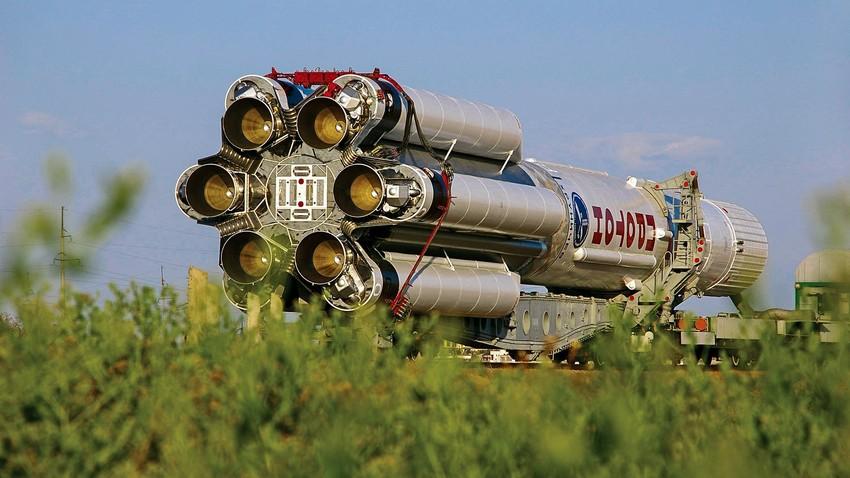 Prevoz nosilne rakete Proton-K z vojaško napravo serije Kosmos na izstrelišče v kozmodromu Bajkonur