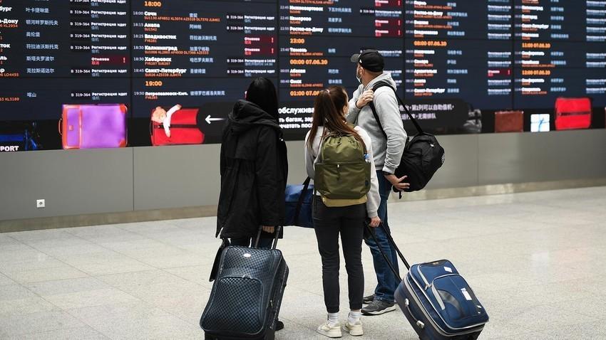 Viaggiatori all'aeroporto Sheremetevo di Mosca