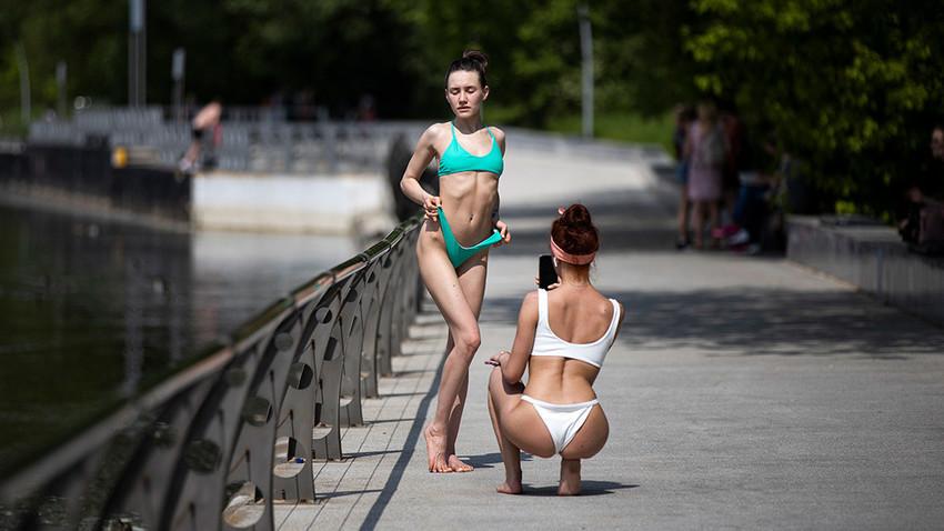 Fotografiranje v parku ob reki Moskvi v torek, 9. junija 2020. Zunaj je vroče in kot nalašč za kopalke.