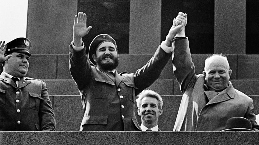 Кубинският лидер Фидел Кастро и Никита Хрушчов на трибуната на Мавзолея на Ленин. Москва, 1963 г.