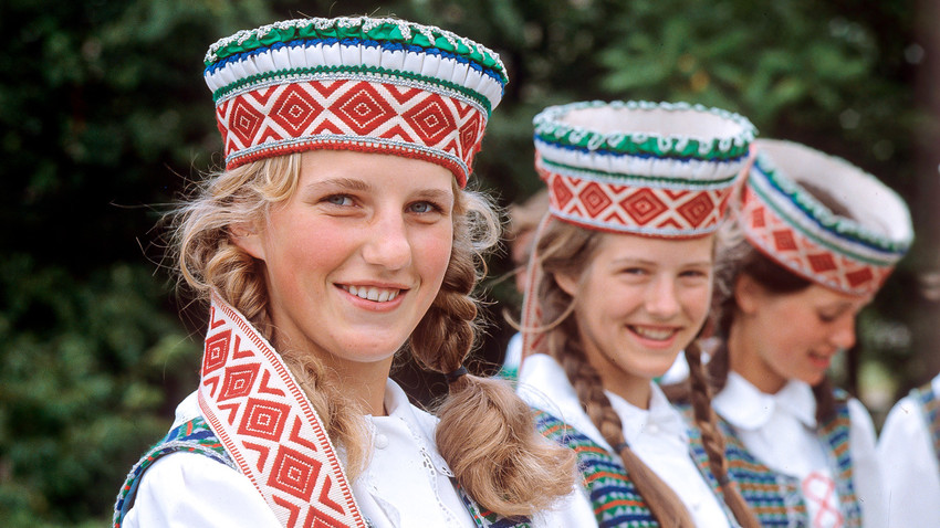 Литовски момичета в национални костюми. Литовски СССР.