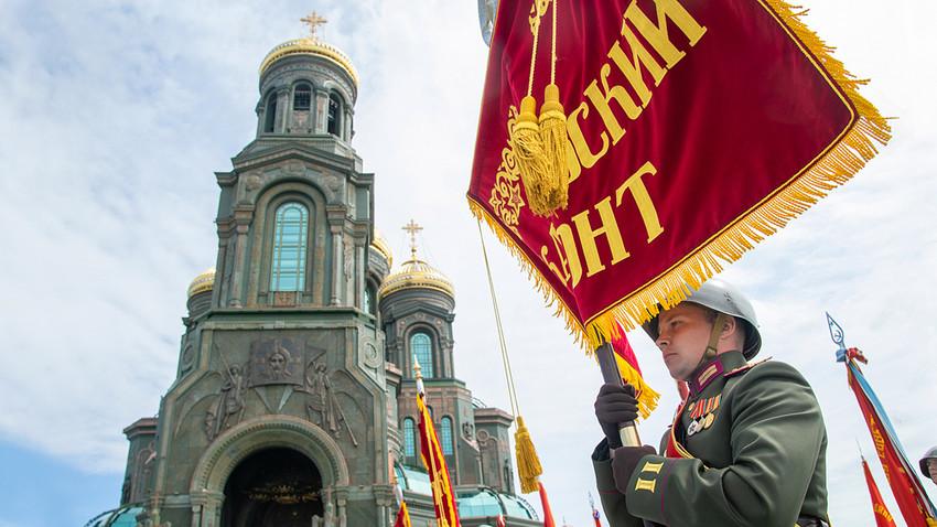 Vojak med posvetitvijo glavne cerkve ruske vojske v parku Patriot, Kubinka, Moskovska regija