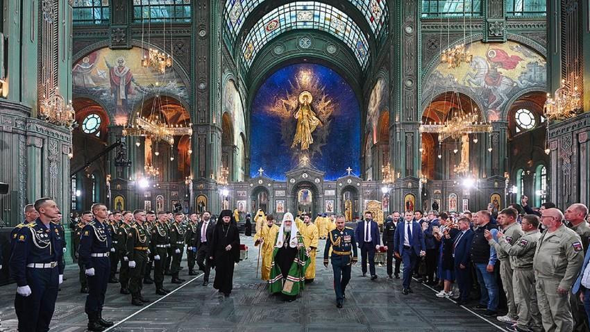 Le patriarche Cyrille (au centre) et Sergueï Choïgou, ministre de la Défense (à droite) durant la cérémonie de consécration