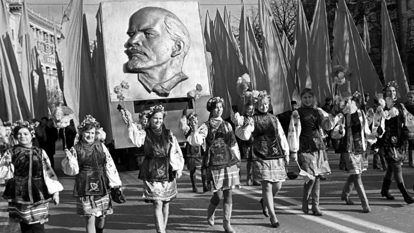 Le celebrazioni per il 53° anniversario della Rivoluzione d'Ottobre. Ragazze con i costumi tradizionali durante la manifestazione dei lavoratori a Kreschatik, 1970