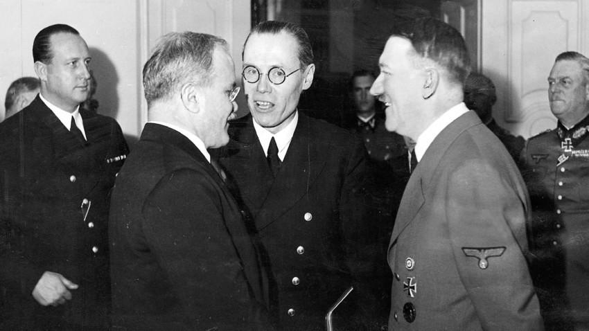 Министерот за надворешни работи на СССР Вјачеслав Молотов и Адолф Хитлер за време на државната посета на Берлин во ноември 1940 година.