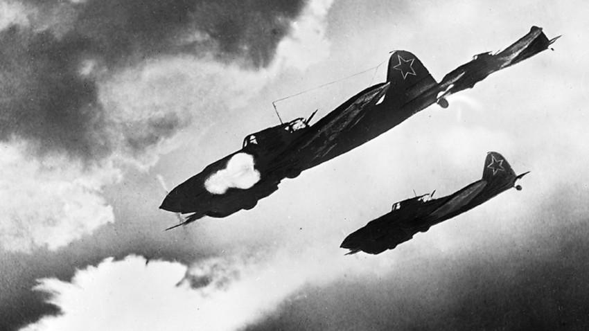 """IL-2 soviéticos, conhecidos como """"tanques voadores"""", em ataque a colunas nazistas."""