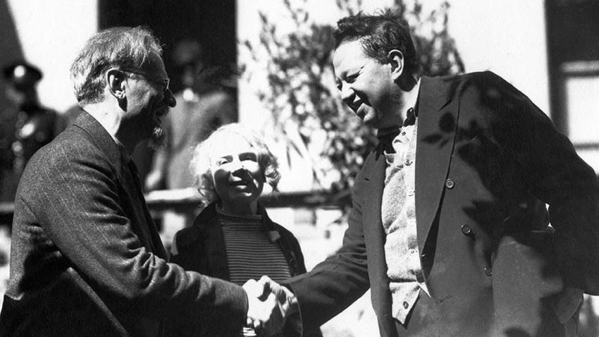 Lev Trotski saludando a Diego Rivera en México.