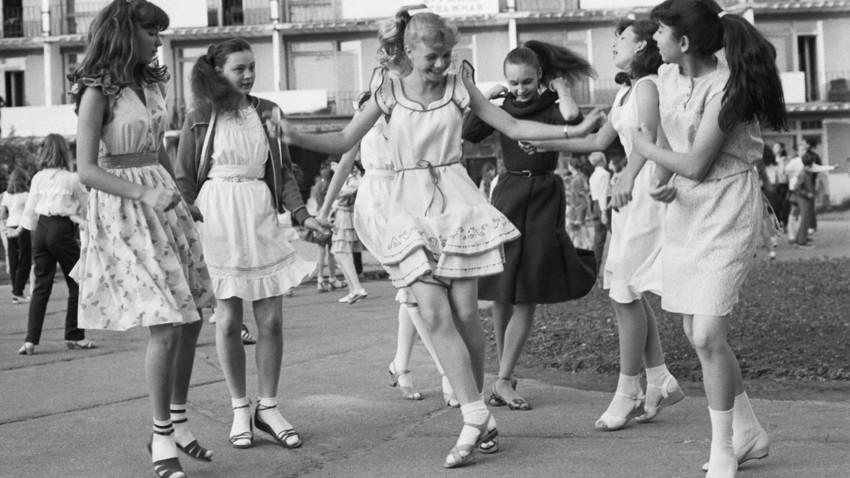 Бъдещите хореографи от Ташкент, които скоро ще отидат на фестивал, танцуват в дискотека