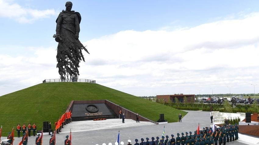 Претседателот Владимир Путин на говорницата на церемонијата на откривањето на споменикот кај Ржев.