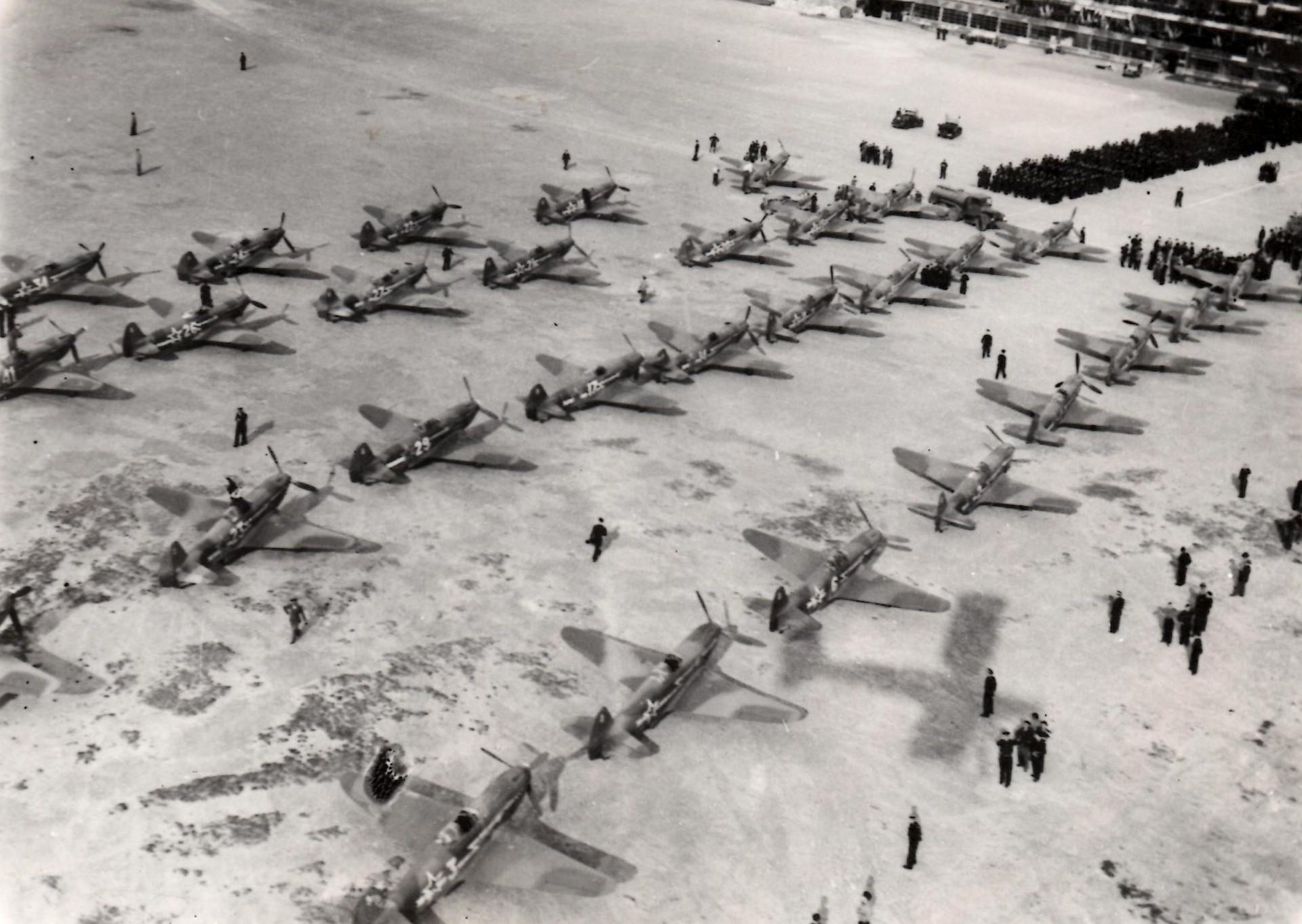 Alignement des Yak de Normandie-Niémen au Bourget, le 20 juin 1945