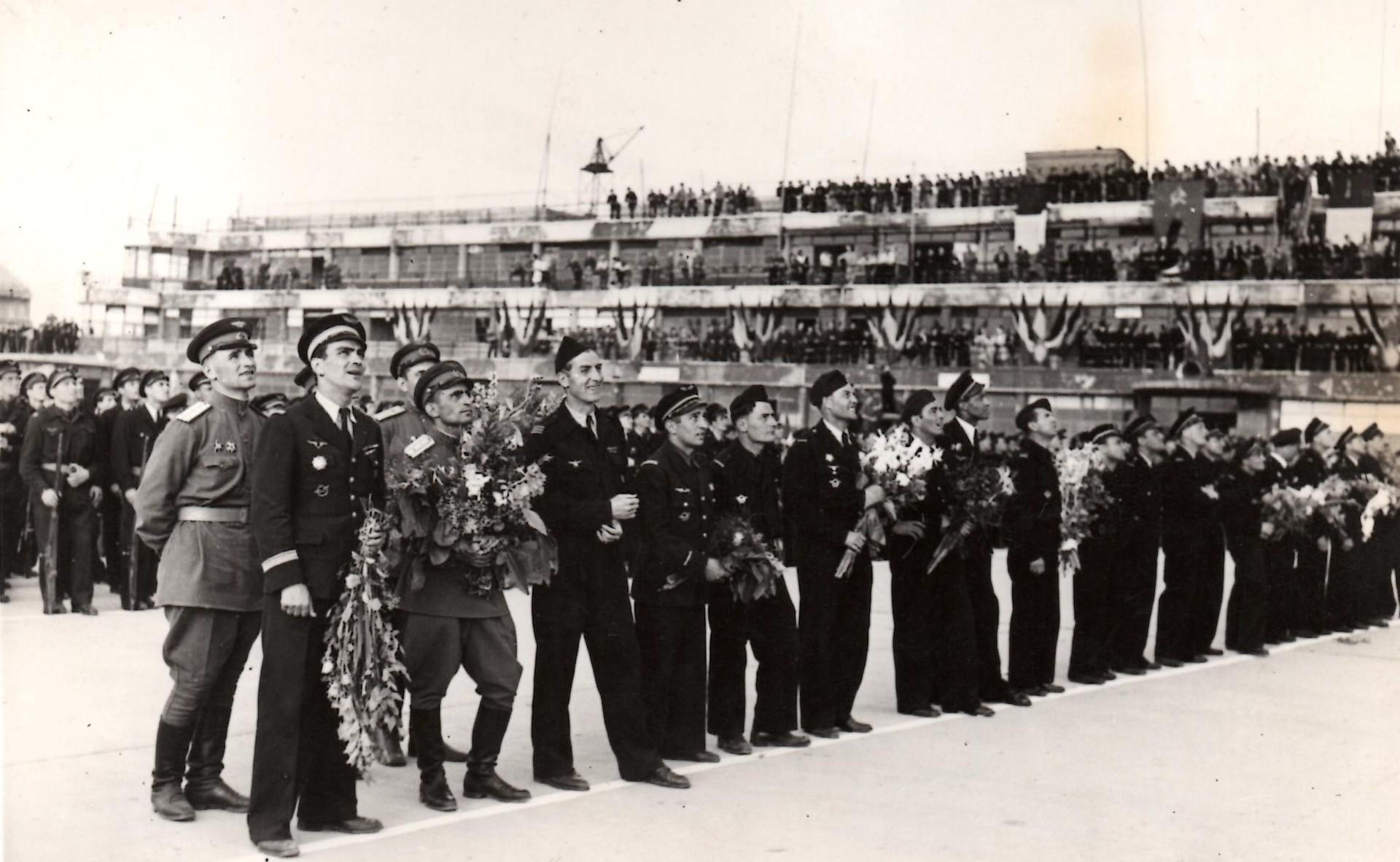 La foule assiste à la démonstration de Robert Marchi au Bourget, le 20 juin 1945