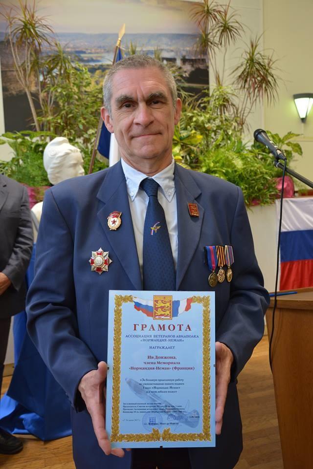 Yves Donjon arbore ses décorations russes, dont l'Ordre d'Alexandre Nevski