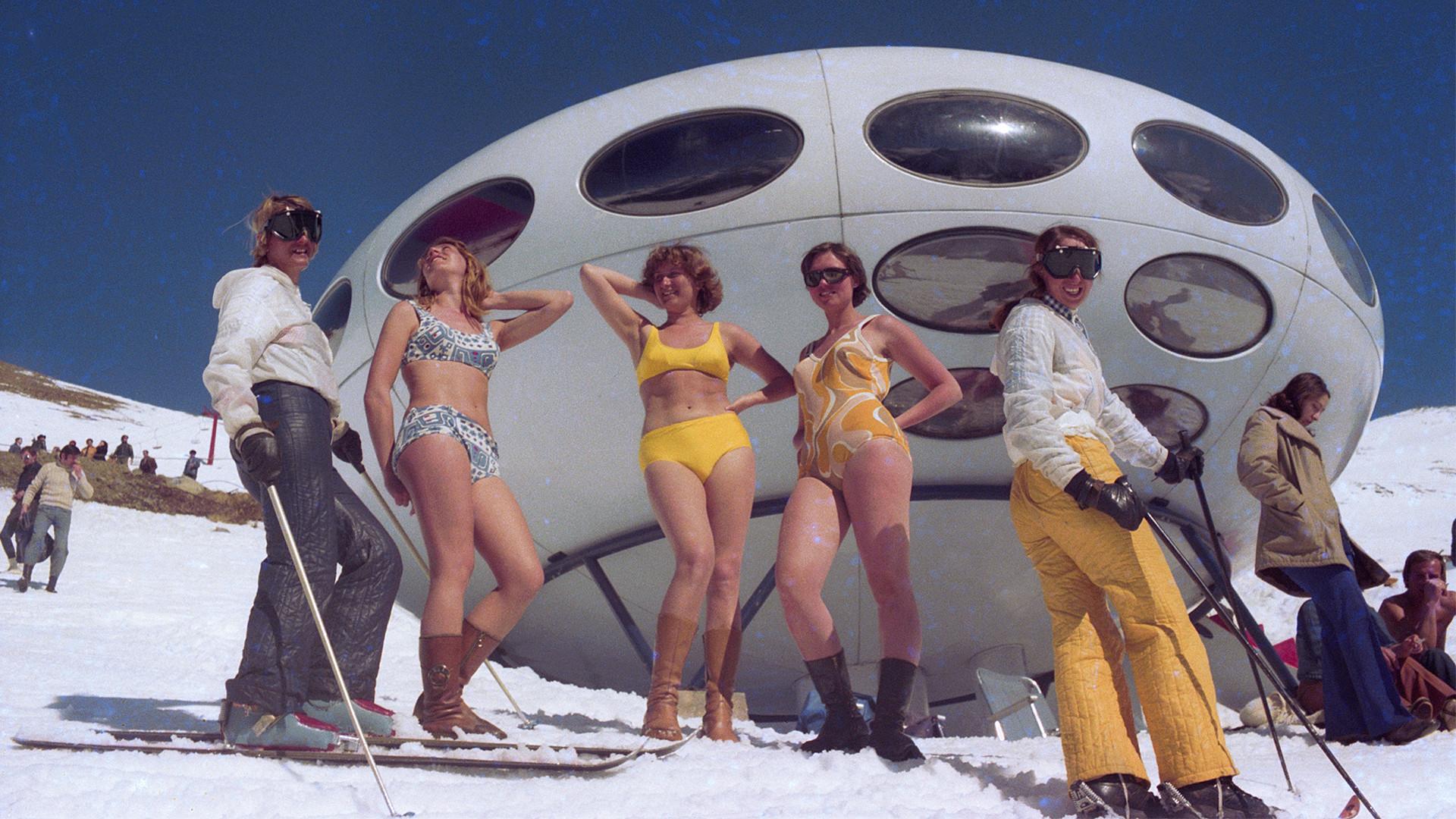 Région de Stavropol, 1er mars 1979. Des vacanciers prennent un bain de Soleil à 2 000 mètres d'altitude.