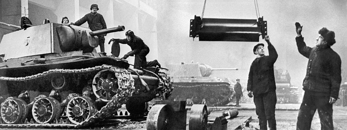 """Ленинград, СССР, Составување на тешките тенкови КВ-1 во Ленинградската металуршка фабрика """"Јосиф Сталин"""" во окупираниот Ленинград за време на Големата татковинска војна на Источниот фронт во Втората светска војна"""