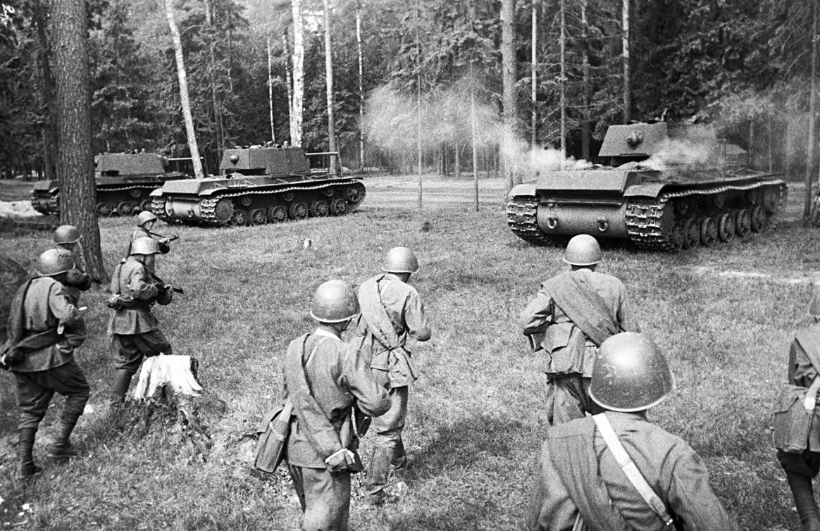 Советските тешки тенкови КВ-1 заземаат положба за напад. Западен фронт