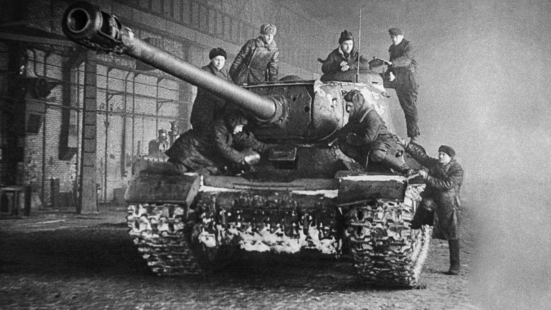 """Фабриката """"С.М. Киров"""". Тежок тенк ИС-2 по ремонт, подготвен за испраќање на фронт"""