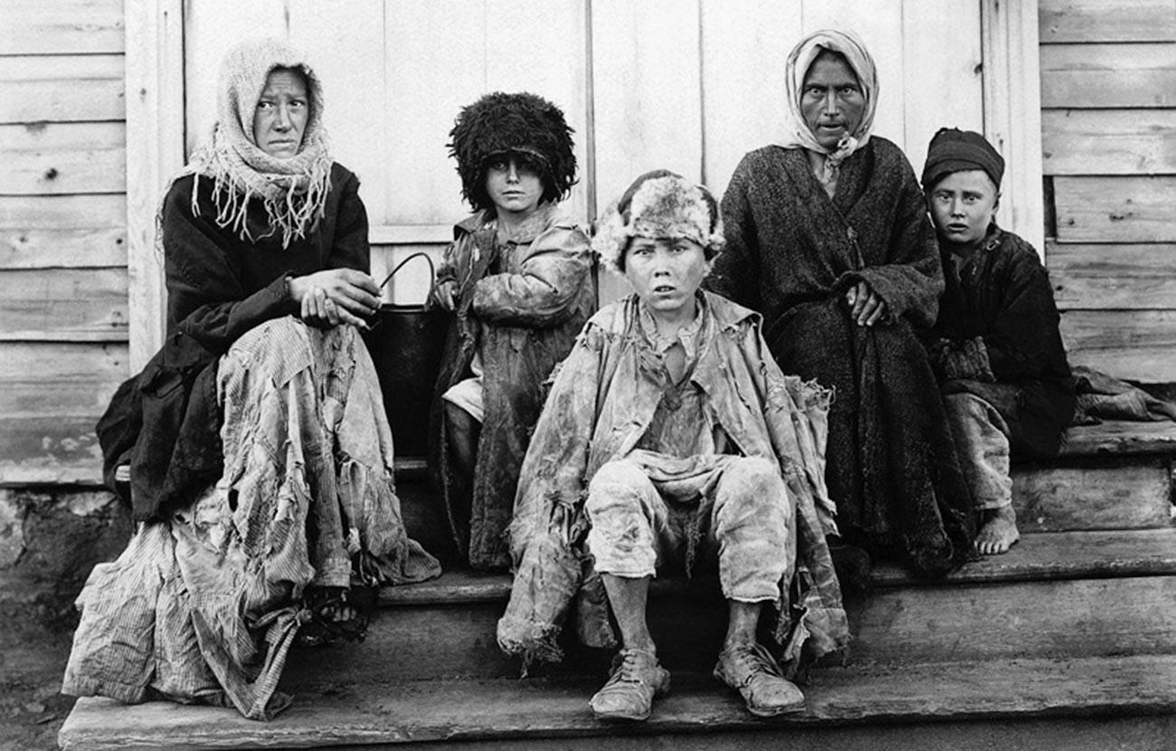 Keluarga yang kelaparan di Povolzhye (Volga) Oblast.