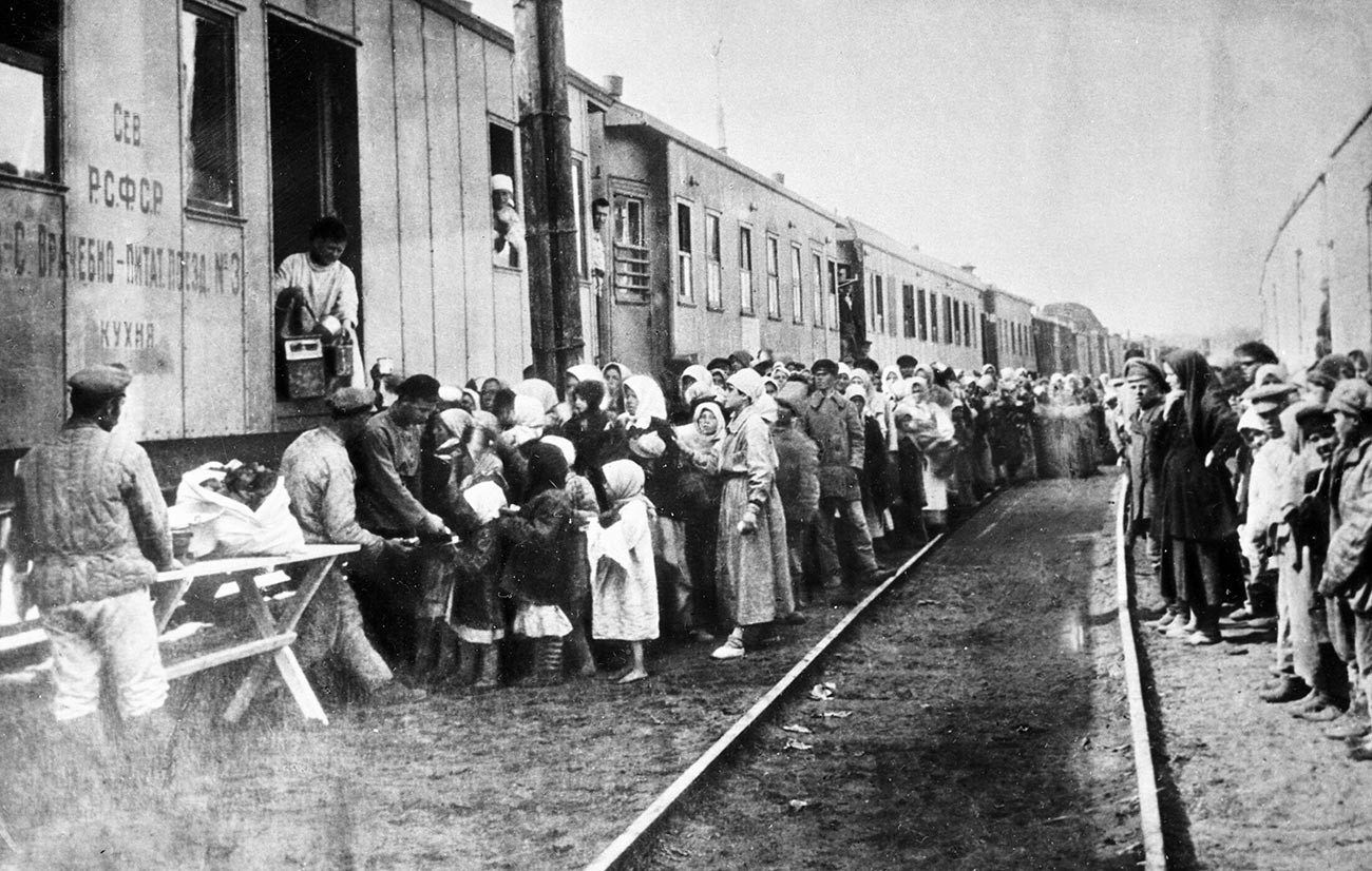 Antrean untuk makan malam disediakan di pusat medis dan nutrisi selama kelaparan di Povolzhye (Volga) Oblast.