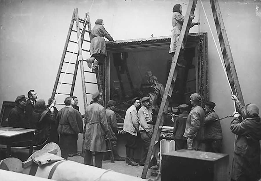 Картину Ильи Репина «Иван Грозный и сын его Иван 16 ноября 1581 года»  вешают обратно на стену, 1945