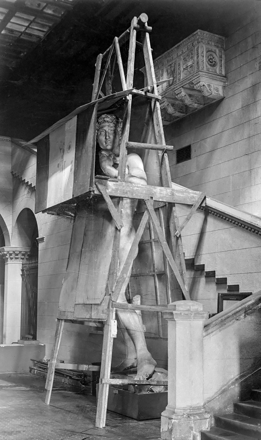 Слепок статуи «Давида» Микеланджело в защитном деревянном каркасе 1941–1944