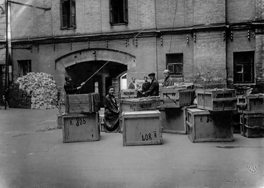 Коробки с реликвиями из Исторического музея прибыли обратно в Москву, 1944